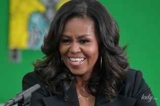 В черном костюме с акцентом на декольте: элегантная Мишель Обама на мероприятии в Бостоне