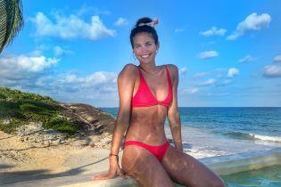 """В червоному бікіні: """"ангел"""" Сара Сампайо поділилася пляжними знімками з сонячної Мексики"""