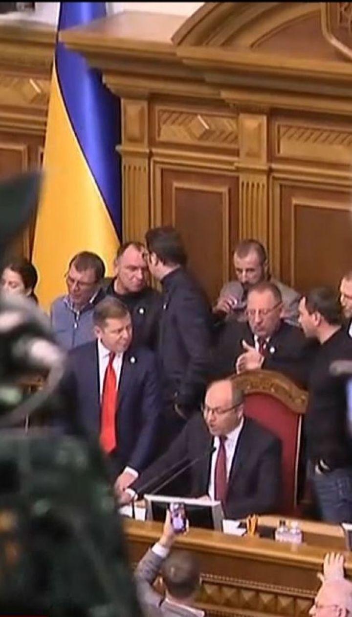 """Радикали і """"Батьківщина"""" не дозволяють відкрити засідання у ВР щодо введення воєнного стану"""