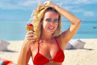 Має прекрасний вигляд: 47-річна телеведуча у червоному бікіні продемонструвала струнку фігуру