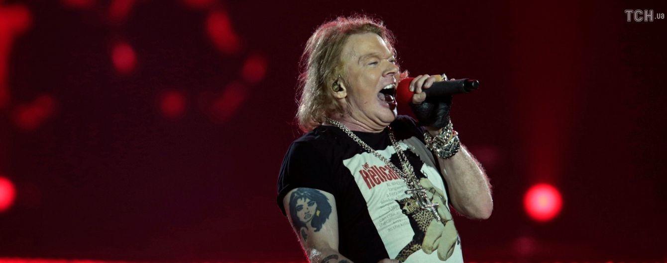 Guns N 'Roses объявили, что фронтмен группы Аксель Роуз серьезно болен