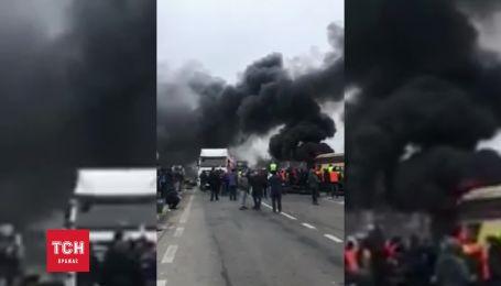 """На пункте пропуска """"Ягодин"""" зажгли шины и произошли столкновения"""