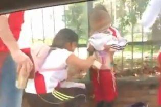Жінка намагалася з допомогою дитини пронести піротехніку на футбольний матч, поліція знайшла її