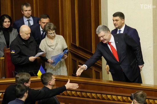 Порошенко заявив, що не зможе подовжити дію воєнного стану без згоди парламенту