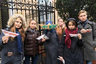 В Праге, Будапеште и Варшаве десятки людей пикетировали посольства РФ из-за захвата украинских катеров