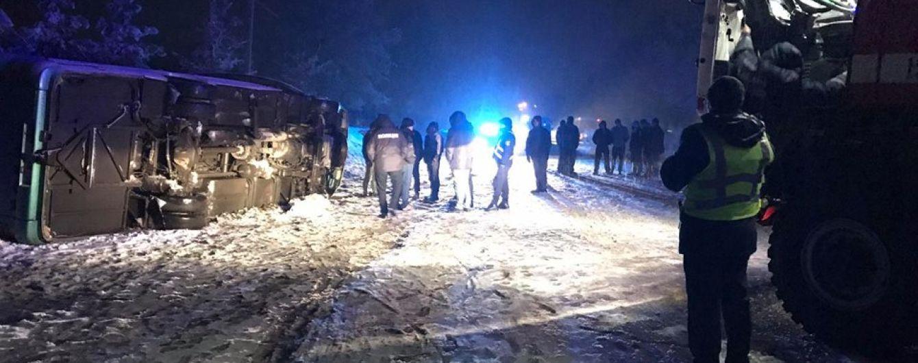 Через снігопад на автодорозі Чернівці-Косів перекинувся автобус