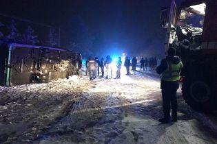 Из-за снегопада на автодороге Черновцы-Косов перевернулся автобус