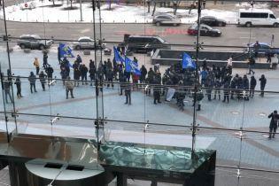 В Киеве националисты блокировали ТРЦ Ocean Plaza, который принадлежит другу Путина