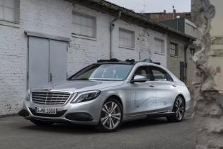 Mercedes научил свои беспилотники общаться с пешеходами