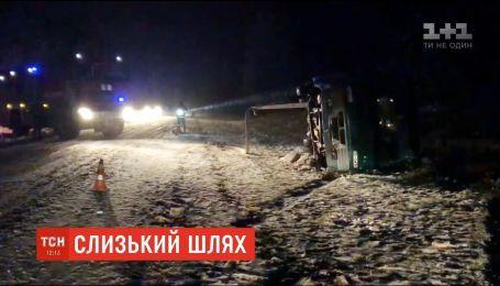 На Прикарпатье на скользкой дороге перевернулся рейсовый автобус