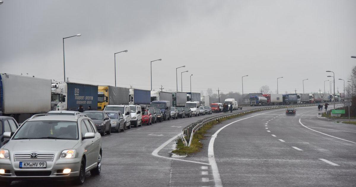 На украинско-венгерской границе образовалась очередь из сотен авто