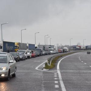 На українсько-угорському кордоні утворилася черга із сотень авто