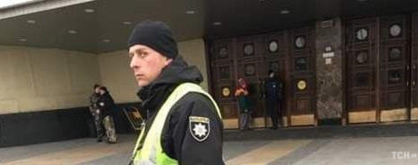 В Киеве эвакуируют людей на центральном вокзале, ищут взрывчатку