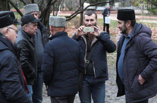 """Кримські татари прийшли до """"суду"""" в анексованому Криму на підтримку затриманих українських моряків"""