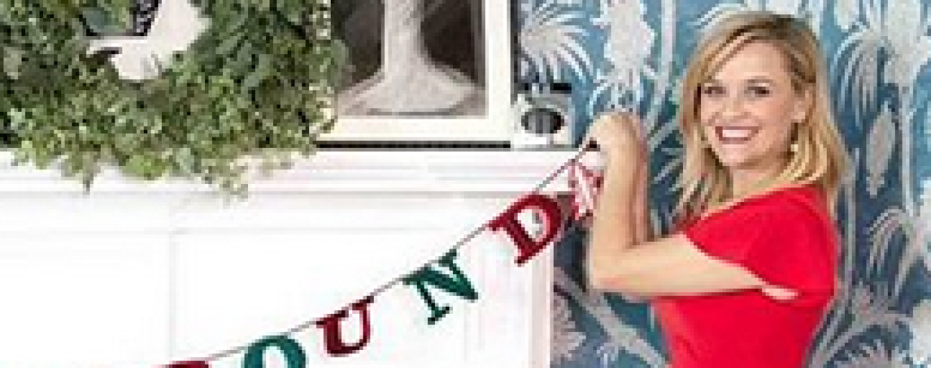 У сукні з рюшами і на шпильках: Різ Візерспун готується до Різдвяних свят
