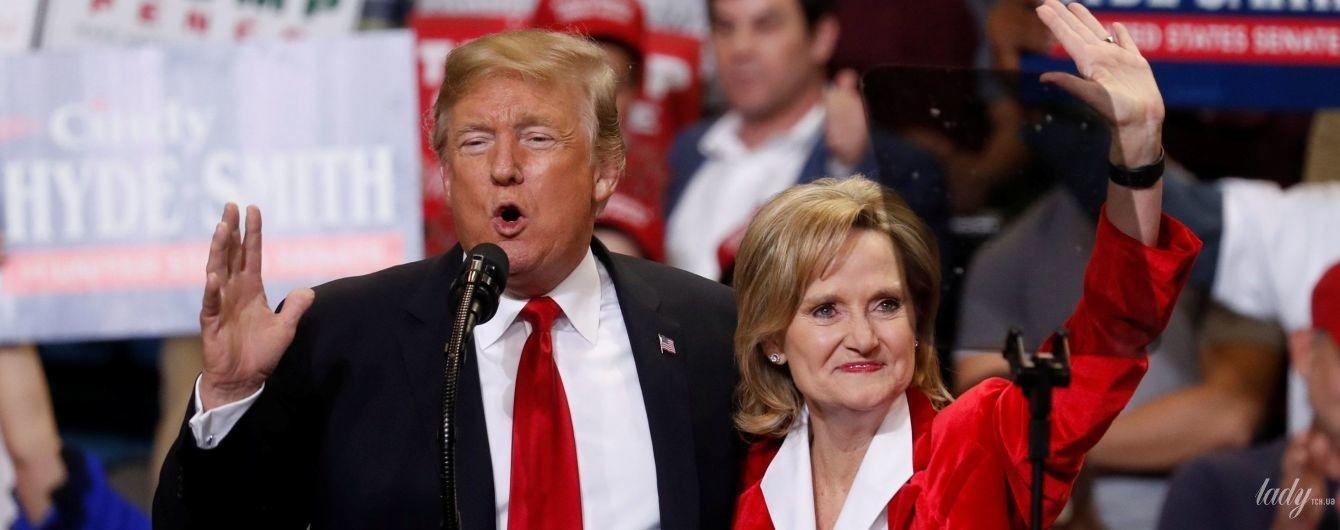У червоному жакеті і з червоною помадою: сенатор-республіканець Сінді Гайд-Сміт виступила на мітингу
