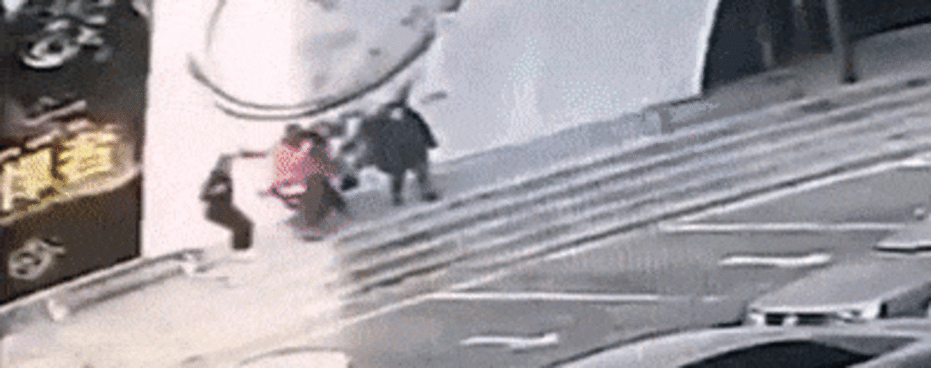 """У Китаї зафільмували, як сильний вітер зірвав величезну вивіску і """"кинув"""" її на перехожих"""