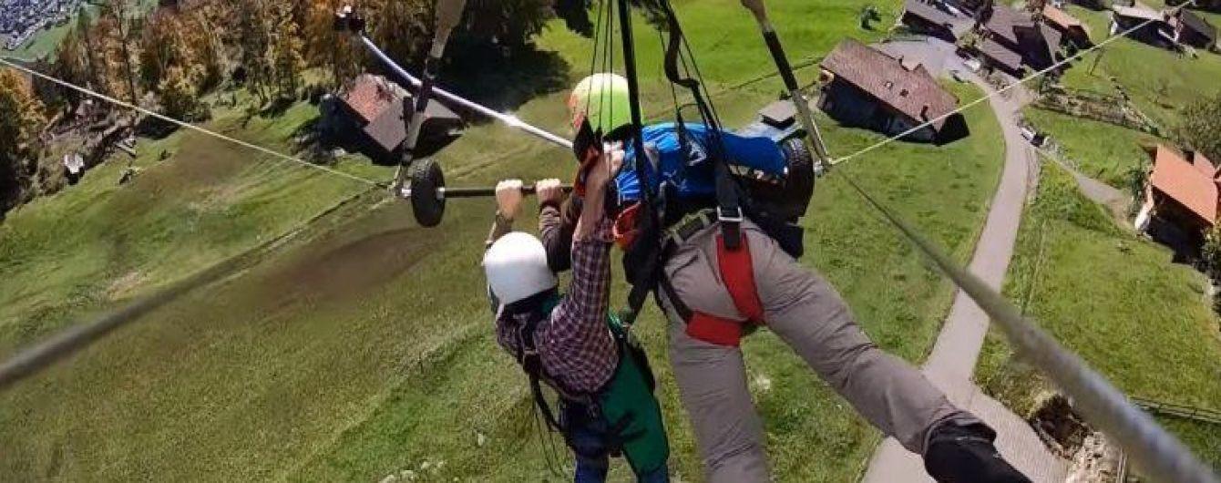 В Швейцарии блогера забыли пристегнуть к дельтаплану. Весь полет он провисел над землей