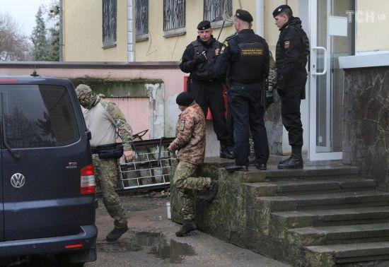 """Кримський """"суд"""" скоротив на один день термін арешту дев'ятьом українським морякам"""