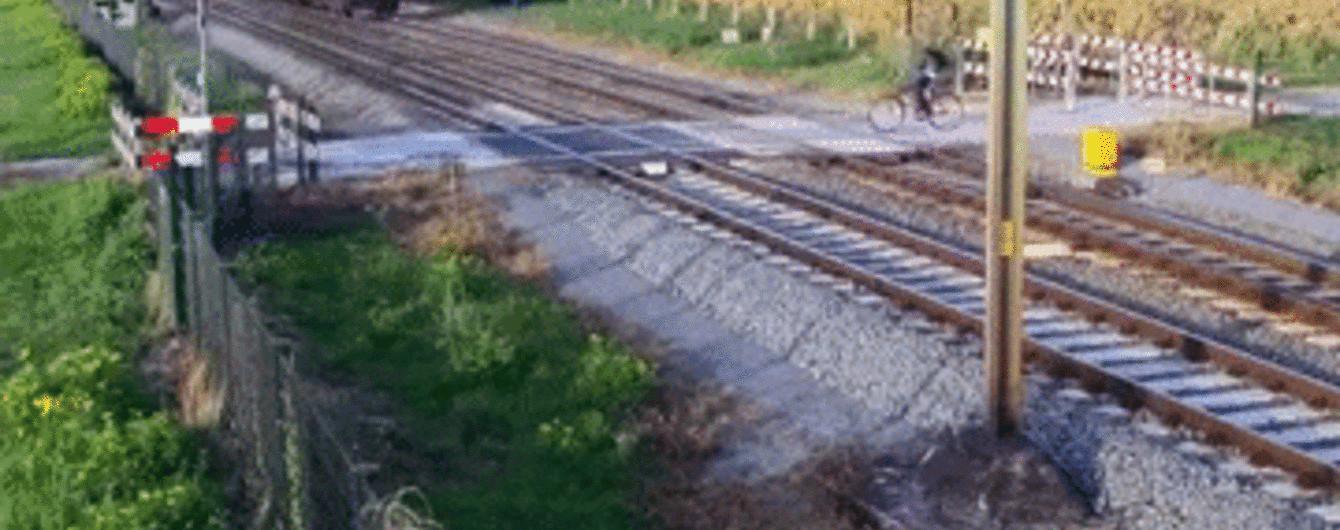 Велосипедист-зевака чудом избежал гибели под поездом в Нидерландах