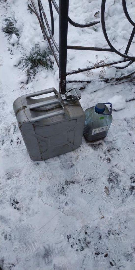 На Дніпропетровщині розлючений чоловік облив бензином і підпалив дружину та її сина