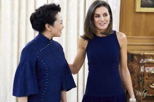 Одяглися в унісон: королева Летиція і перша леді Китаю одягли на захід вбрання однакових відтінків