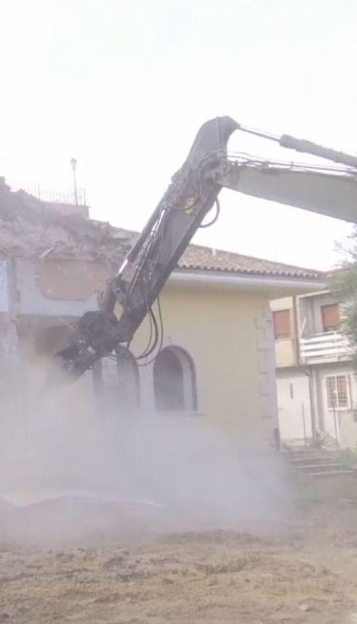 Глава итальянского МВД на экскаваторе разбил виллу мафиозного клана в Риме