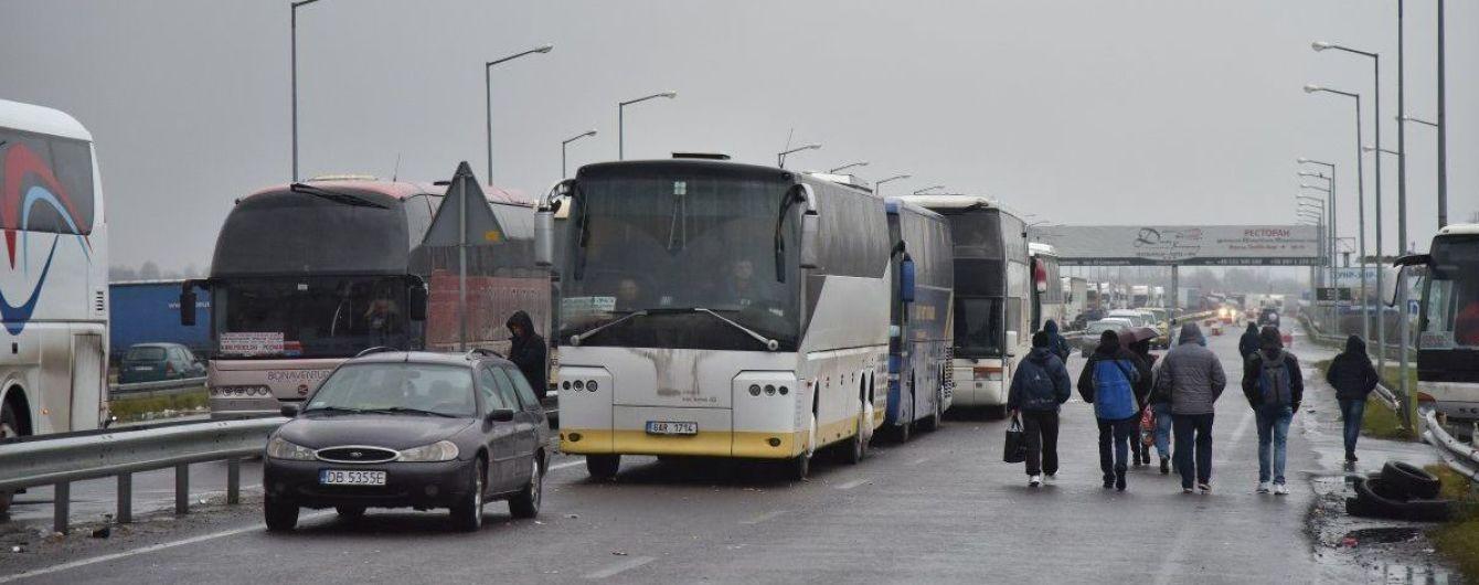 """Украинцы жалуются на проблемы с """"зелеными картами"""" во время пересечения границы. Пограничники объяснили, в чем дело"""