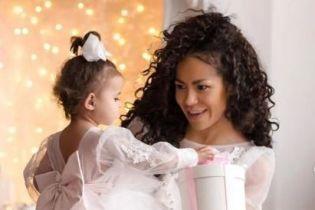 Нежная Гайтана очаровала новогодней фотосессией вместе с дочкой