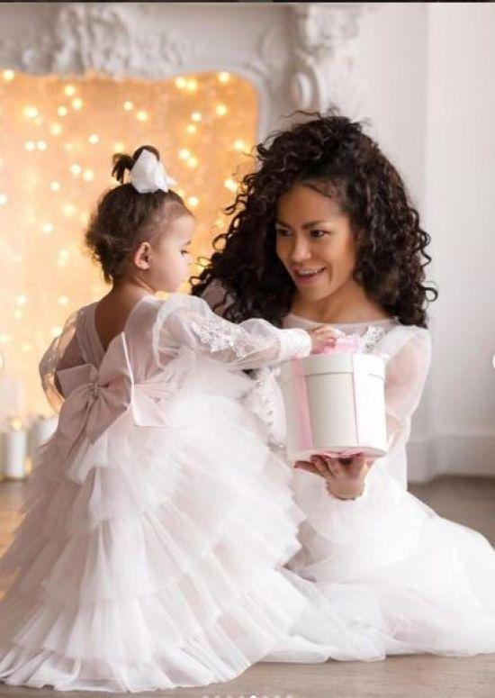 Ніжна Гайтана зачарувала новорічною фотосесією разом з донечкою