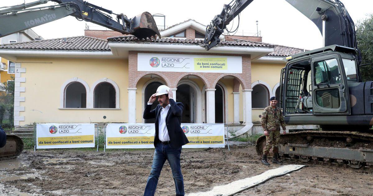 У Італії очільник МВС на екскаваторі потрощив віллу мафіозі