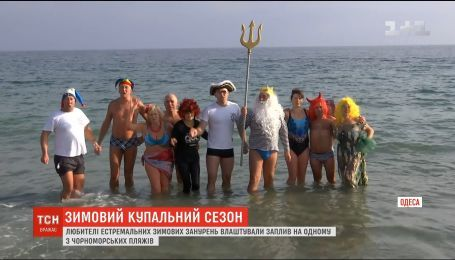 """Одеські """"моржі"""" влаштували заплив на одному з місцевих пляжів"""