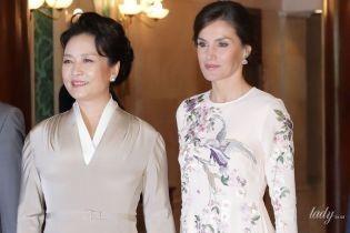 У світлих відтінках: королева Летиція і перша леді Китаю вразили ефектними образами