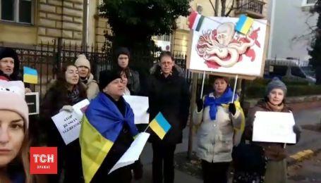 Под стенами посольства РФ в Будапеште состоялась акция протеста