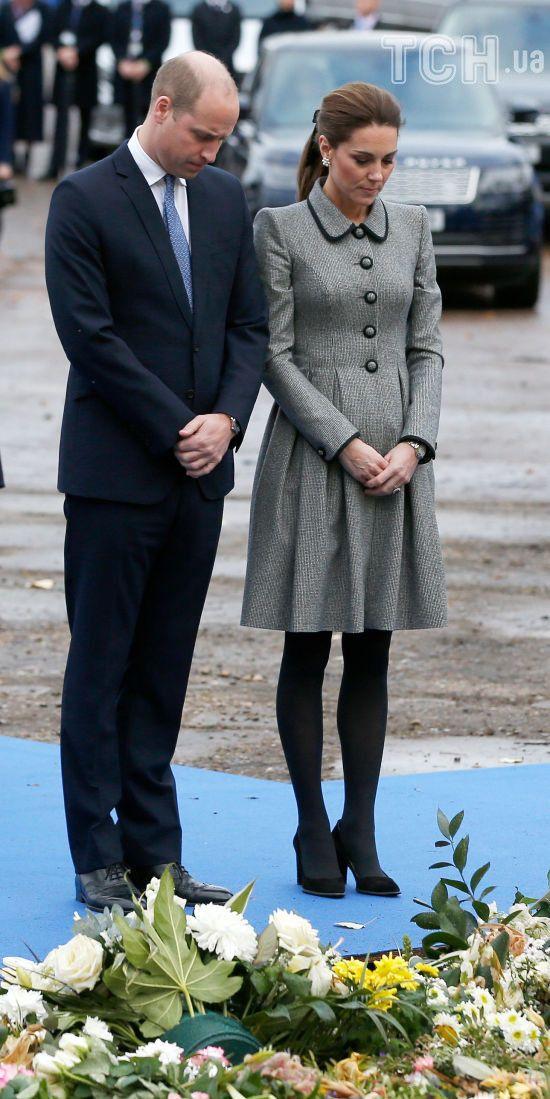 Стримана Кейт у сукні-пальті разом з принцом Вільямом вшанували пам'ять власника футбольного клубу