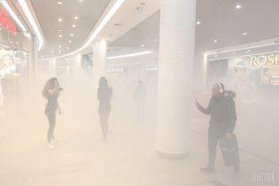 У Києві ТРЦ Ocean Plaza, який третій день пікетують націоналісти, закидали димовими шашками