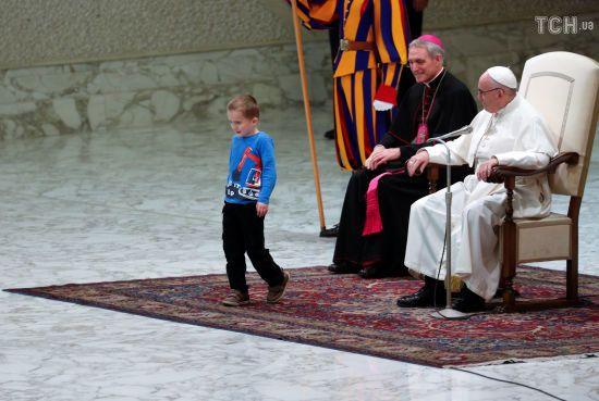 Під час аудієнції Папи Римського на сцену вибіг німий хлопчик. Понтифік дозволив йому погратися поруч