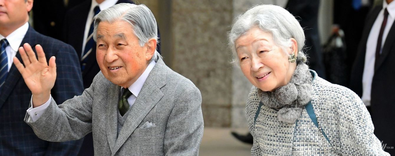 У широких штанях і комірі з кролика: 84-річна імператриця Японії здивувала образом