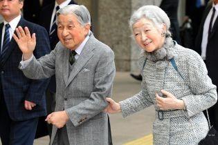 В широких брюках и воротнике из кролика: 84-летняя императрица Японии удивила образом