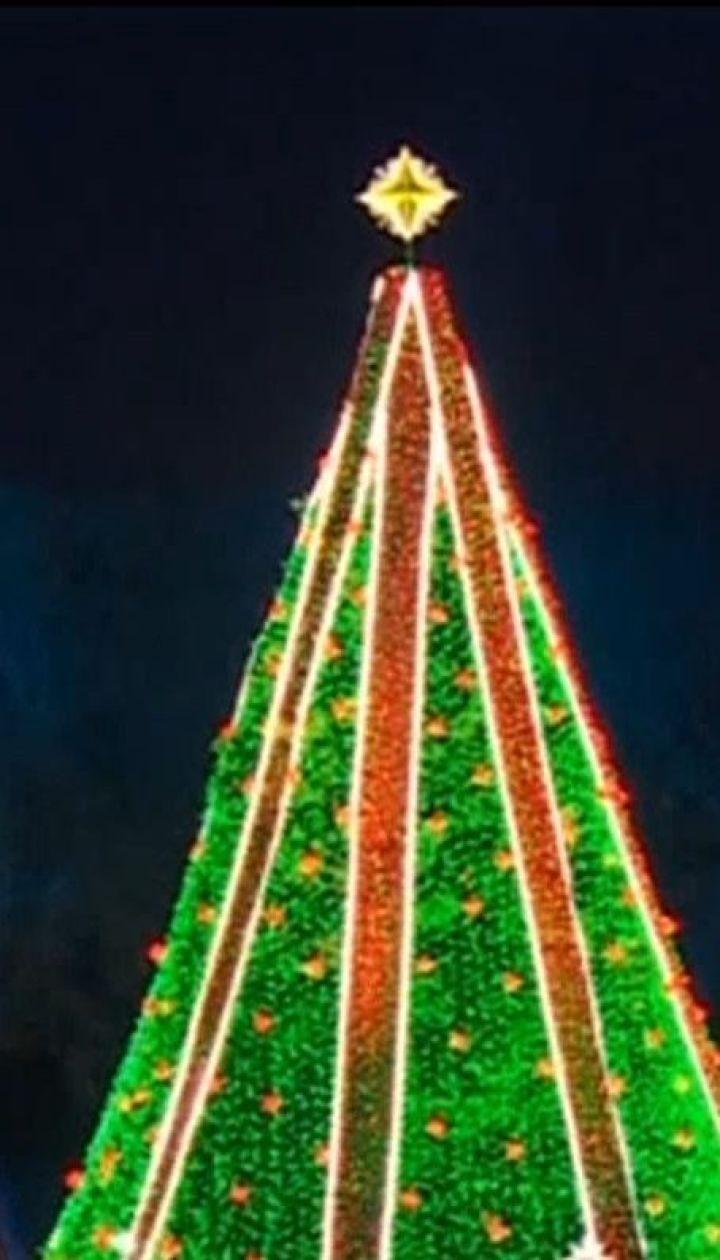 Рождественское настроение: сразу в нескольких городах мира пооткрывались главные елки страны