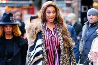 Вся в принтах и прозрачных босоножках: Тайра Бэнкс на улицах Нью-Йорка