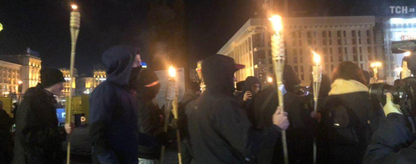 Факельное шествие по центру Киева: участники направляются в МВД, по дороге произошел конфликт с полицией