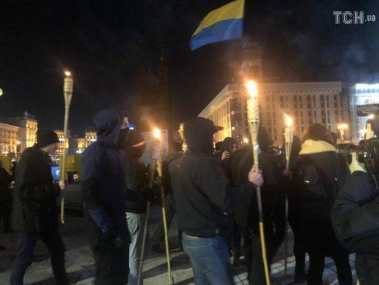 Смолоскипний хід центром Києва: учасники прямують до МВС, дорогою стався конфлікт із поліцією