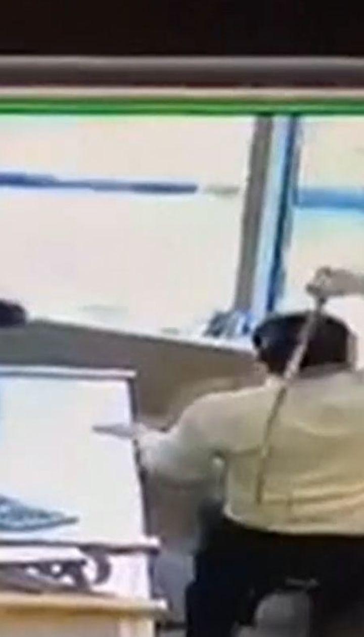В Канаде работники ювелирного магазина отбили атаку грабителей благодаря декоративным мечам