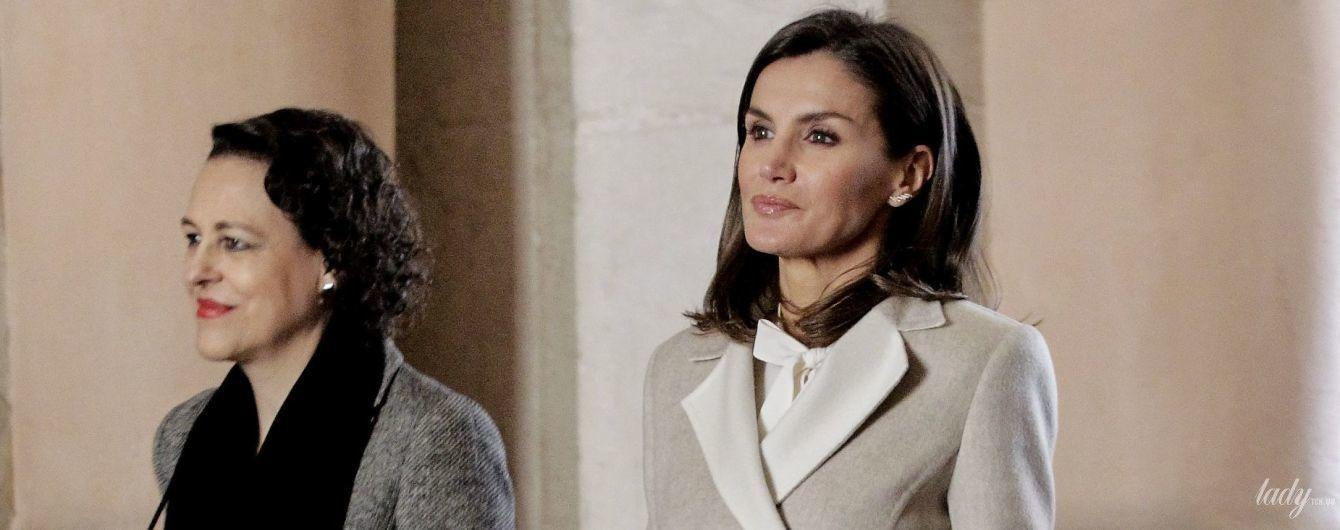 В светлых оттенках: королева Летиция вышла в свет в новом пальто и старых туфлях