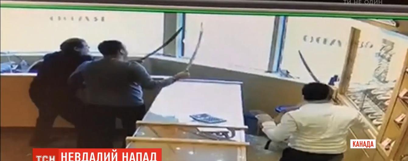 В Канаде продавцы ювелирного магазина отбили нападение грабителей декоративными мечами