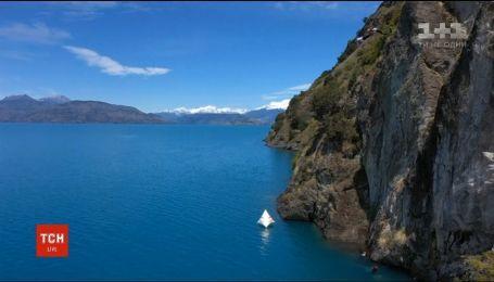 В чилийское озеро с 20-метровой высоты прыгнули сразу несколько дайверов