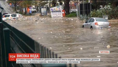 Мощное наводнение заблокировало дороги в турецком городе Бодрум