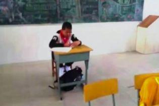 Китайський вчитель принизив і відсадив за іншу парту школяра, який був хворий на рак