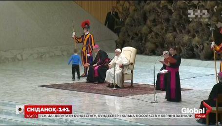 6-летний немой мальчик ворвался на сцену во время церемонии Папы Римского
